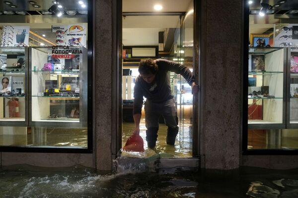 Zatopený obchod během povodně v Benátkách - Sputnik Česká republika