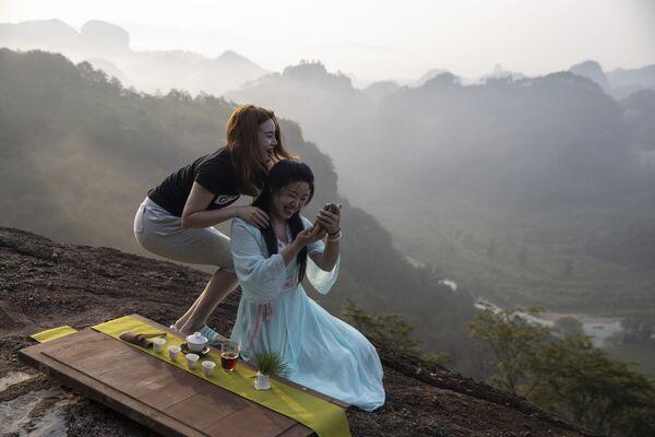 Dívky se fotí v pohoří Wu-i - Sputnik Česká republika