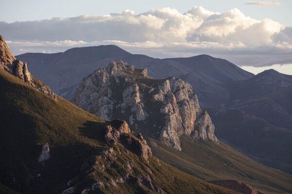 Mraky nad horami národního parku Sanjiangyuan v provincii Čching-chaj  - Sputnik Česká republika