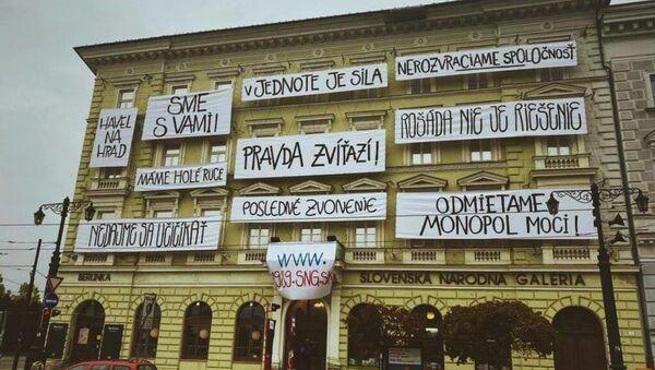 Na budove Slovenskej národnej galérie sa objavili revolučné heslá z roku 1989 - Sputnik Česká republika