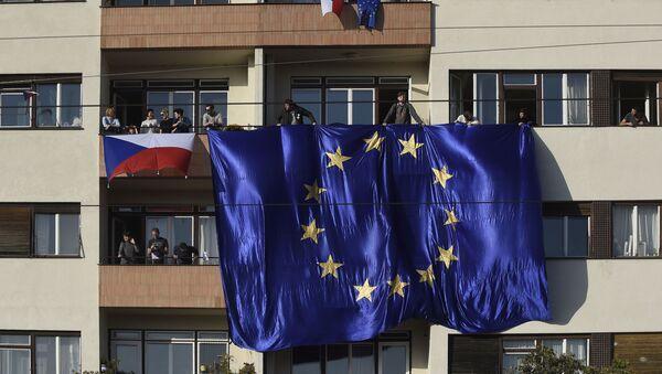 Lidé s českými a evropskými vlajkami na balkoně domu v Praze - Sputnik Česká republika
