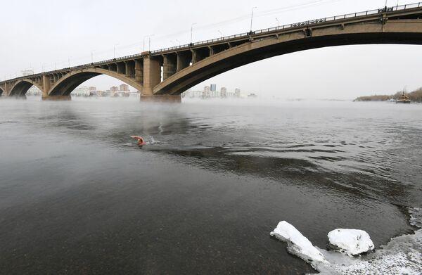 Член клуба зимнего плавания Криофил во время открытия купального сезона моржей в Красноярске - Sputnik Česká republika
