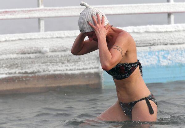 Členka Centra zimního plavaní Megapolis během tréninku v řece Jenisej. Teplota je 20 stupňů pod nulou - Sputnik Česká republika