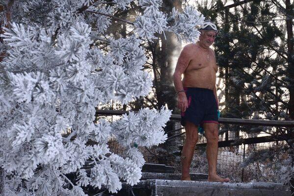 Člen Centra zimního plavaní Kriofil během tréninku v řece Jenisej. Teplota je 20 stupňů pod nulou  - Sputnik Česká republika