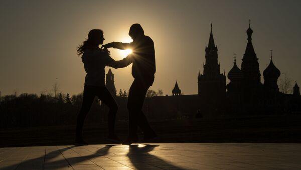 Pár tančí v parku Zarjadje v Moskvě - Sputnik Česká republika