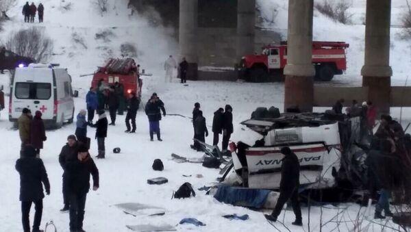 Autobus spadl z mostu. Zabajkalsko, Rusko - Sputnik Česká republika