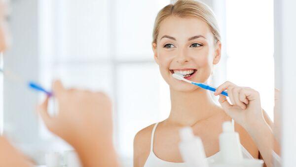 Žena si čistí zuby - Sputnik Česká republika