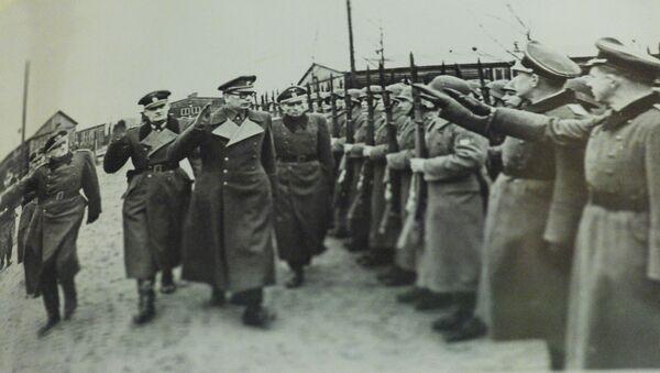 Generál Andrej Vlasov společně s německými důstojníky pořádá přehlídku jednotek ROA - Sputnik Česká republika