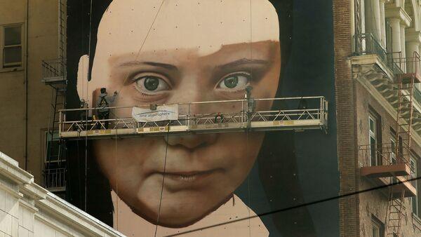 Obraz švédské aktivistky Grety Thunberové na zdi budovy v San Franciscu. - Sputnik Česká republika