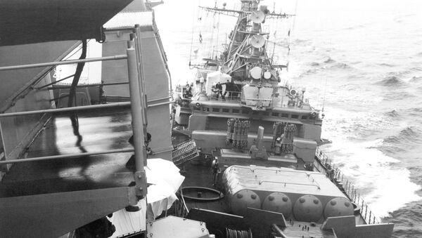 Strážní člun Bezzavětnyj při srážce s americkým raketovým křižníkem Yorktown - Sputnik Česká republika