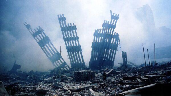 V 9.59 se zhroutila Jižní, a v 10.28 také Severní věž WTC - Sputnik Česká republika