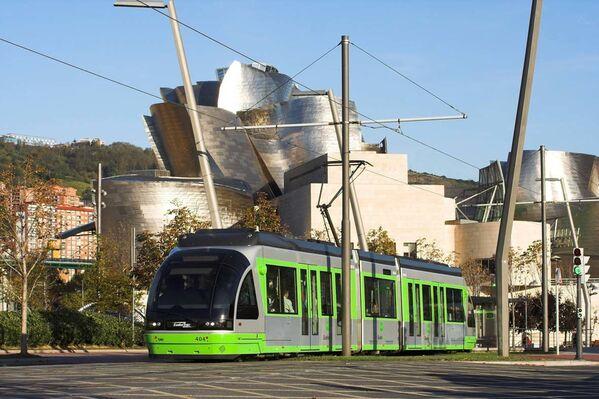 Sytě zelená tramvaj na pozadí Guggenheimova muzea v Bilbau, Španělsko - Sputnik Česká republika