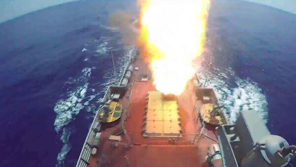 Start rakety s plochou dráhou letu Kalibr na cíle teroristické organizace Fronta an-Nusrá z ruské válečné lodi ve Středozemním moři (19. 8. 2016). - Sputnik Česká republika