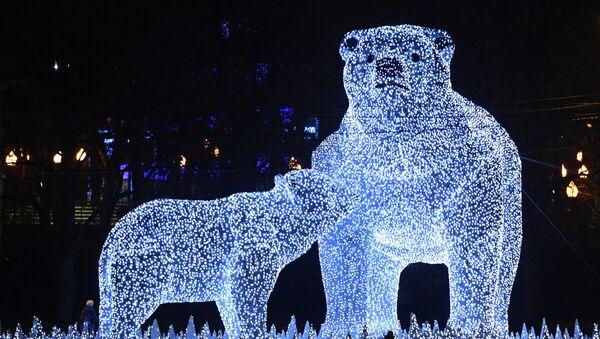 Sochy ledních medvědů na Puškinově nábřeží v Moskvě - Sputnik Česká republika