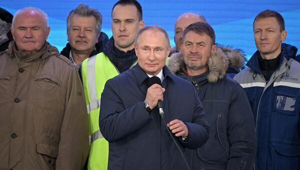 Vladimir Putin během ceremoniálu zahájení provozu na železniční části Krymského mostu - Sputnik Česká republika