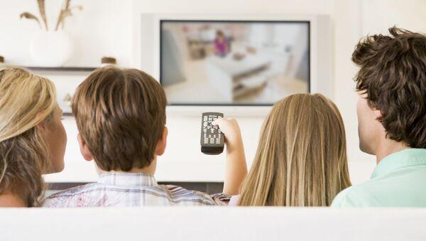 Rodina sleduje televizní pořad. Ilustrační foto - Sputnik Česká republika