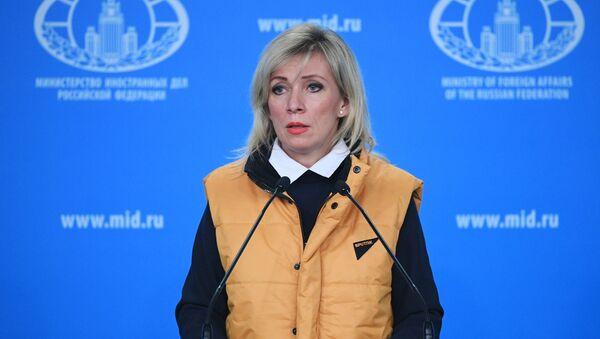 Marija Zacharovová ve žluté vestě - Sputnik Česká republika