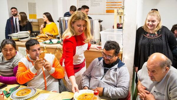 Slovenská prezidentka Zuzana Čaputová rozdává jídlo bezdomovcům - Sputnik Česká republika