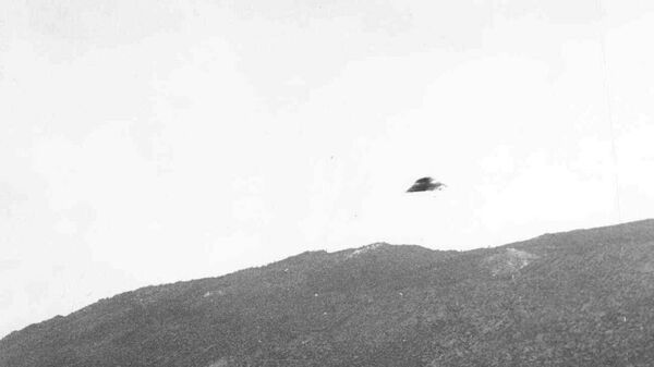 """Fotografie, na které je údajně zachycen létající talíř, z roku 1951 byla pořízena v Kalifornii. Vyšetřování """"Modrá kniha"""" došlo k závěru, že většina podobných snímků jsou zfalšovaná. - Sputnik Česká republika"""