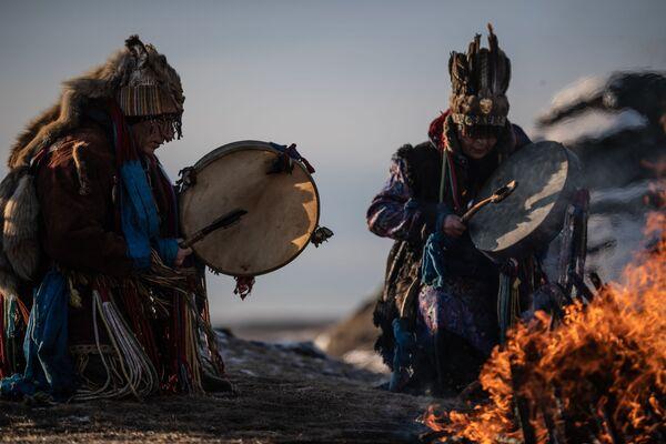Šamanský rituál na břehu jezera Velké Allaki v Čeljabinské oblasti - Sputnik Česká republika