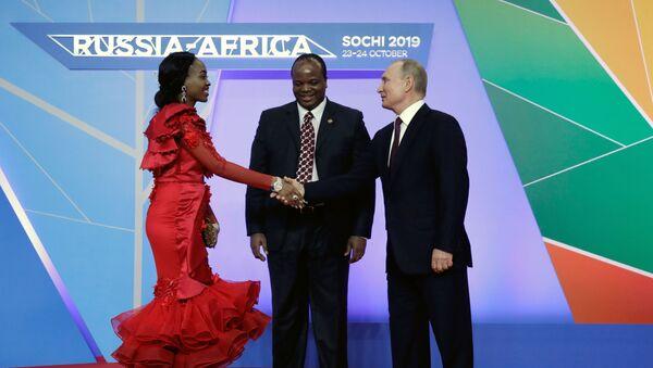 Ruský prezident Vladimir Putin a král e Swatini (svazijský král) Mswati III. s manželkou na rusko-africkém summitu v Soči - Sputnik Česká republika