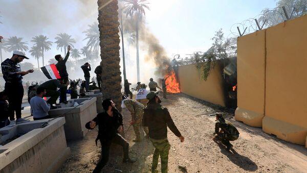 Demonstranti zapálili vchod do amerického velvyslanectví v Bagdádu - Sputnik Česká republika