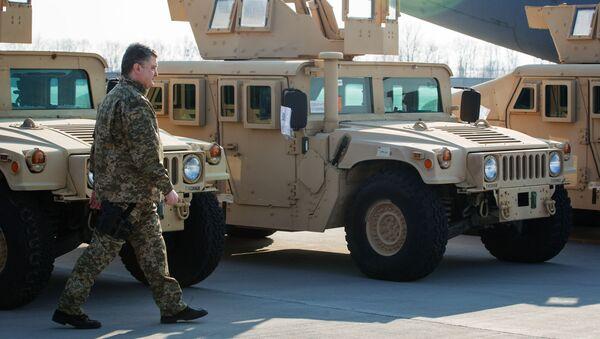 Ukrajinský prezident u amerických vojenských automobilů HMMWV (Humvee) - Sputnik Česká republika