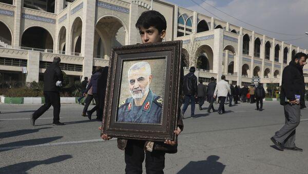 Chlapec v Teheránu drží portrét likvidaci íránského generála Kásima Sulejmáního, který byl zabit americkým náletem 3. ledna 2020 - Sputnik Česká republika