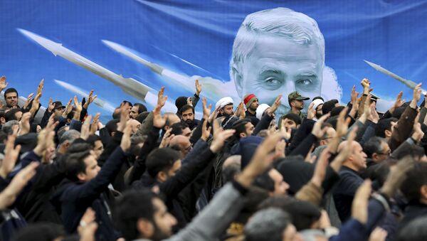 Protiamerická demonstrace v Iráku. V pozadí je portrét zavražděného íránského generála Kásima Sulejmáního (4. 1. 2020) - Sputnik Česká republika