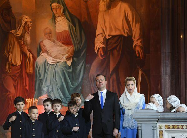 Ruský premiér Dmitrij Medveděv s manželkou Světlanou Medveděvovou během vánoční bohoslužby v katedrále Krista Spasitele v Moskvě - Sputnik Česká republika