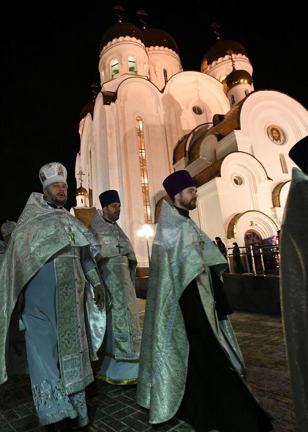 Kněží se účastní průvodu na Štědrý den o pravoslavných Vánocích v Krasnojarsku - Sputnik Česká republika