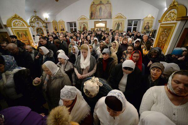 Věřící během vánoční bohoslužby v chrámu Panny Marie ve Vladivostoku - Sputnik Česká republika