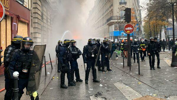 Během demonstrace v Paříži ve Francii. 5. prosince 2019 - Sputnik Česká republika