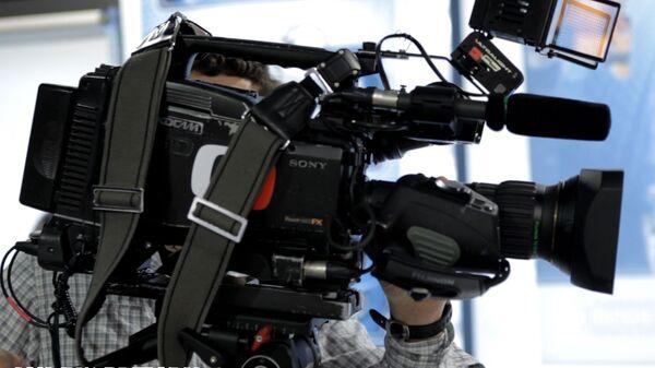 Kameraman české veřejné televizní společnosti Česká televize s kamerou - Sputnik Česká republika