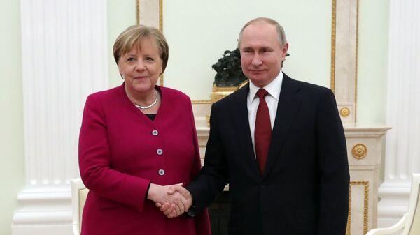 Ruský prezident Putin a německá kancléřka Angela Merkelová - Sputnik Česká republika