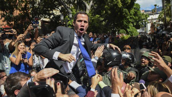 Venezuelský opoziční vůdce Juan Guaidó, který se nelegitimně prohlásil za dočasného prezidenta státu, jde do budovy Národního shromáždění (7. 1. 2020). - Sputnik Česká republika