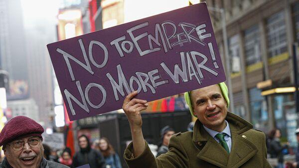Muž se připojí k protiválečnému protestu na Times Square v New Yorku 4. ledna 2020 - Sputnik Česká republika