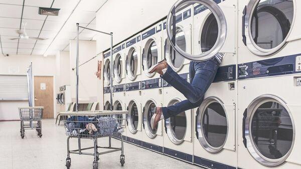Dívka při praní v prádelně - Sputnik Česká republika