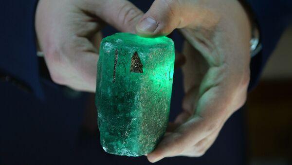 smaragd, který se objevil v Mariinském dole, váží půl kilogramu - Sputnik Česká republika