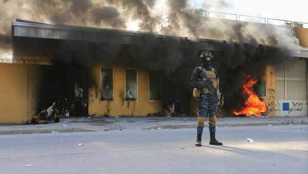 Pracovník bezpečnostní služby Iráku u budovy velvyslanectví USA v Bagdádu. Ilustrační foto - Sputnik Česká republika