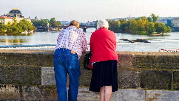 Пожилая пара на мосту в Праге - Sputnik Česká republika