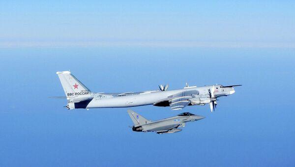 Ruský bombardér Tupolev Tu-95 a britská stíhačka Typhoon - Sputnik Česká republika