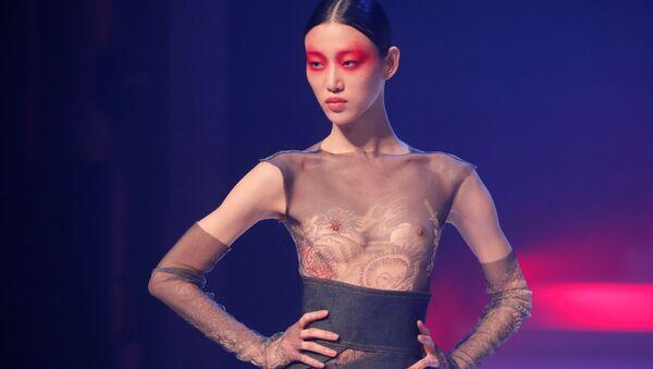Modelka při závěrečné přehlídce módního návrháře Jeana-Paula Gaultiera na Pařížském týdnu módy - Sputnik Česká republika