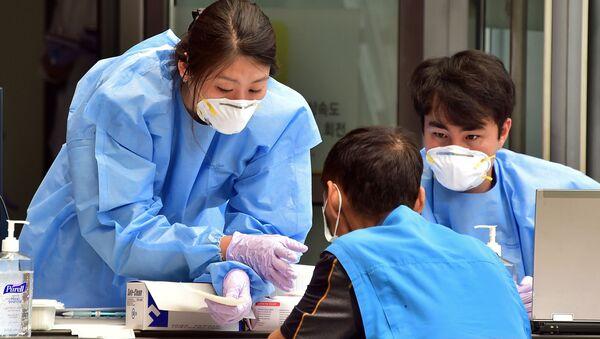 Čína oznámila posílení schopnosti koronaviru k přenosu - Sputnik Česká republika