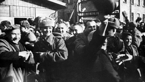Vězni koncentračního tábora v Osvětimi těsně po jeho osvobození Rudou armádou - Sputnik Česká republika