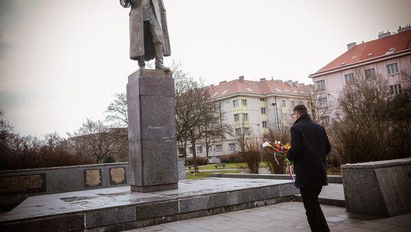 Mluvčí prezidenta České republiky Jiří Ovčáček u pomníku maršála Ivana Koněva - Sputnik Česká republika