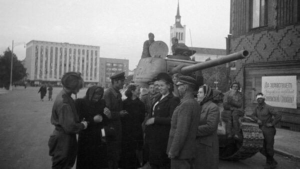 Obyvatelé Estonska mluví se sovětskými tankisty, kteří se podíleli na osvobození Tallinnu (1944)  - Sputnik Česká republika