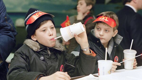 První návštěvníci ochutnávají dobroty v nově otevřené restauraci McDonald's v Moskvě. - Sputnik Česká republika
