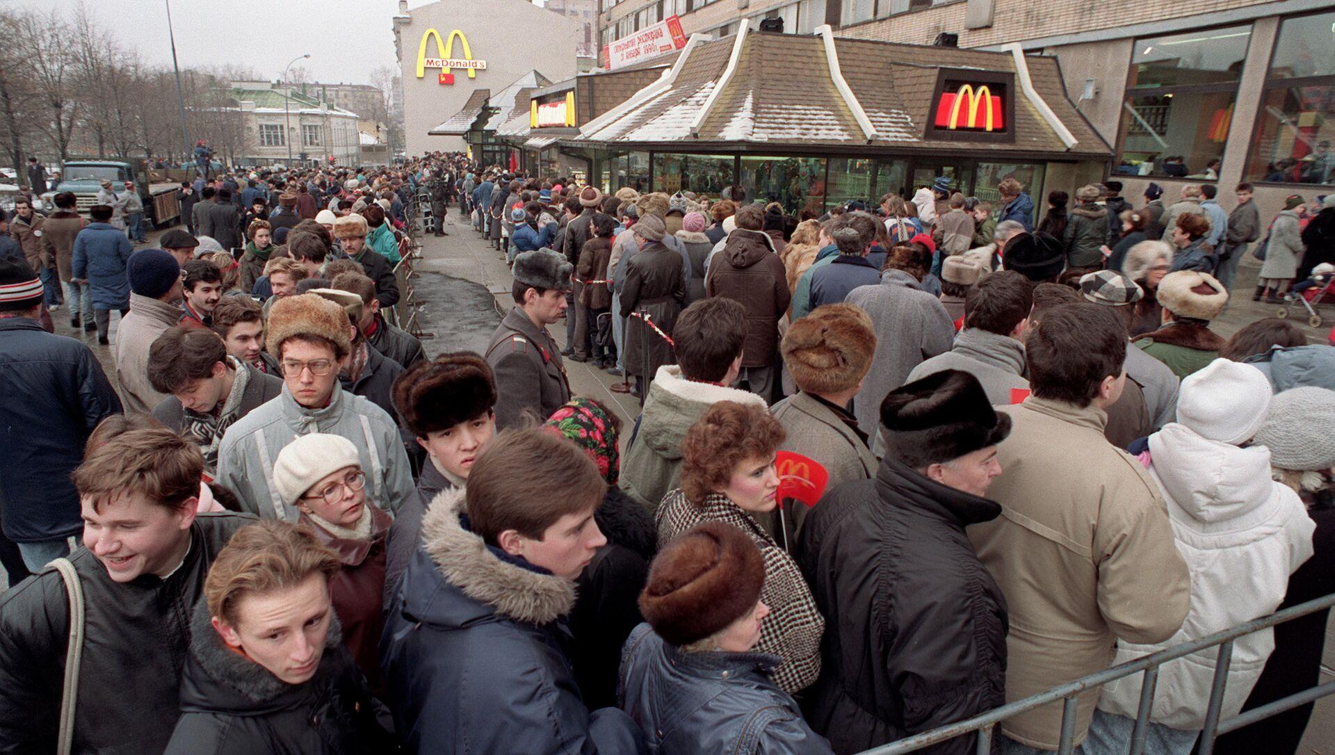 Fronta do prvního McDonaldu v Moskvě - Sputnik Česká republika, 1920, 01.02.2021