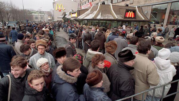 Fronta do prvního McDonaldu v Moskvě - Sputnik Česká republika